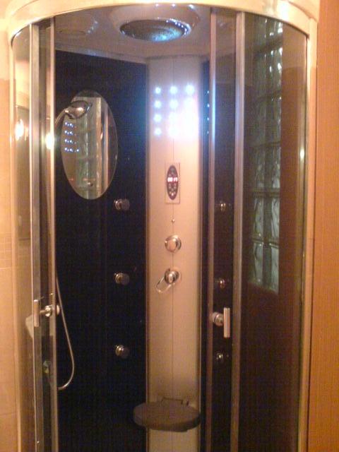Hydromasážní sprchový kout s párou